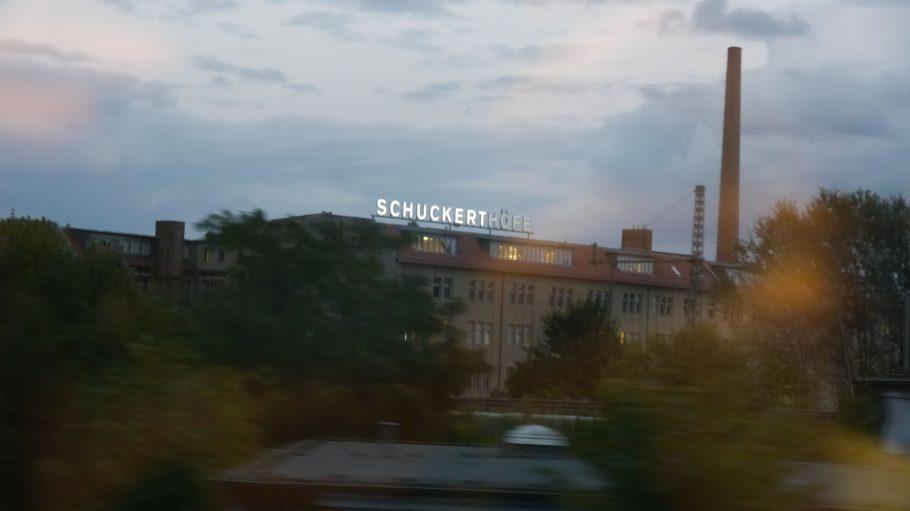 Schuckert Höfe in Treptow von der S-Bahn aus gesehen.