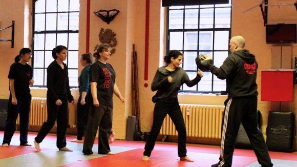 Im Notfall zuschlagen! In Selbstverteidigungs-Workshops lernst du, wie es geht.