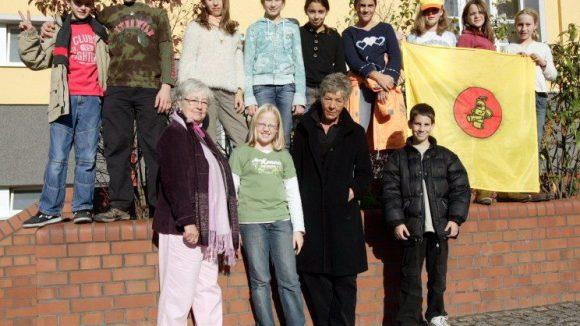 Ehrenamtliche Helfer im Rentenalter der Seniorpartner in School helfen Konflikte im Schulalltag zu lösen.