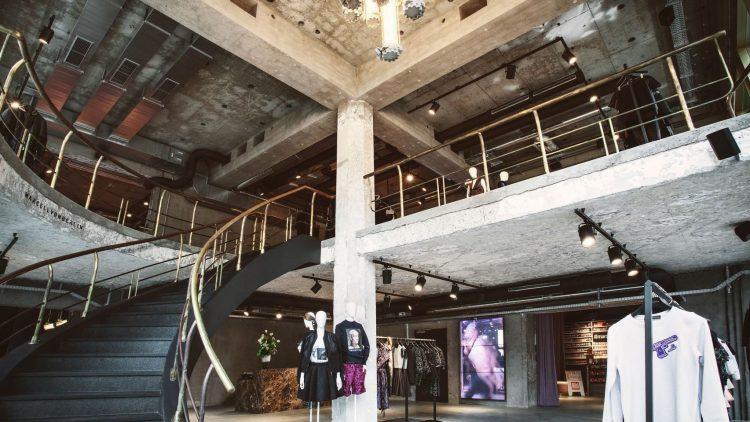 It's all in the mix: Rauer Beton-Charme trifft auf opulente Luxus-Elemente im neuen Marcell von Berlin-Store.