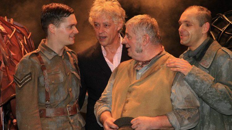 Ehrengast Sir Bob Geldof (2. v. l.) gratulierte auf der Bühne den Hauptdarstellern Philipp Lind (l.), Heinz Hoenig (2. v. r.) und Andreas Köhler.
