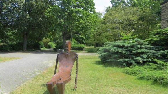 Skulptur im Lilienkulturgarten (c) Trieba