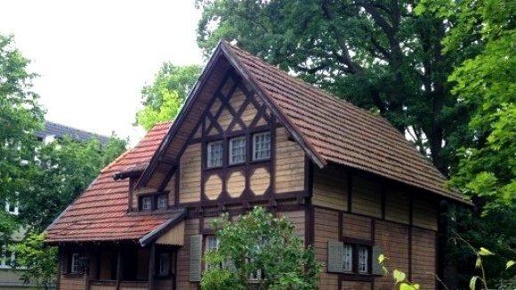 Dieses einsame Häuschen ist auf der Suche nach einem liebevollen Besitzer.