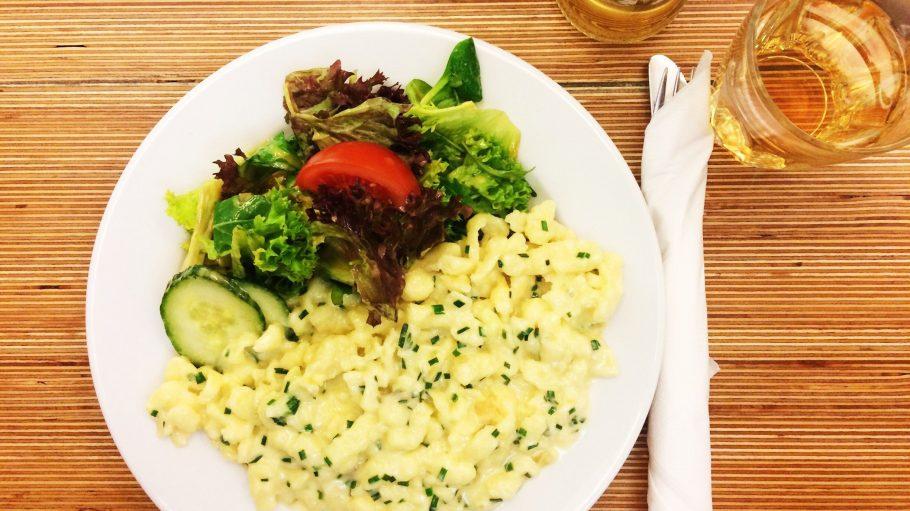 Allgäuer Spätzle bekommst du im Alpenstueckle jeden Mittag mit Salat für 7,90 Euro.