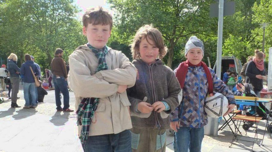 """Für Laßlo, Jonas und Sebastian (v.l.) ist das Fußballspielen auf der Straße das Beste. """"Hier gibt es nämlich mehr Platz und auch Hindernisse - da, wo sonst die Fahrräder stehen."""""""