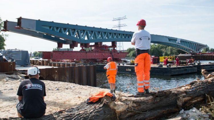 Ein Brückenteil für eine neue Spreebrücke wird am 26.August.2015 zwischen Ober- und Niederschöneweide in Berlin über die Spree geschoben.