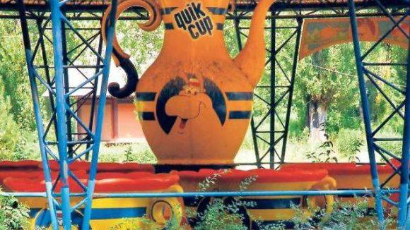 """Kreisel im Grünen. 1992 wurde am Eingang des Spreeparks das Karussell """"Roting Cup"""" erbaut. Die Tassen drehen sich noch immer."""