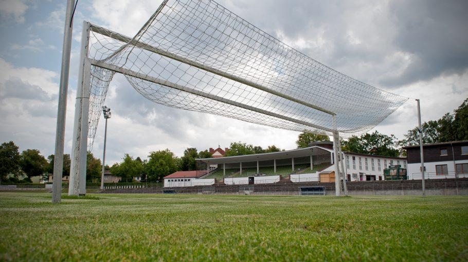 Blick vom Tor aus über den Rasen des Stadion Lichterfelde