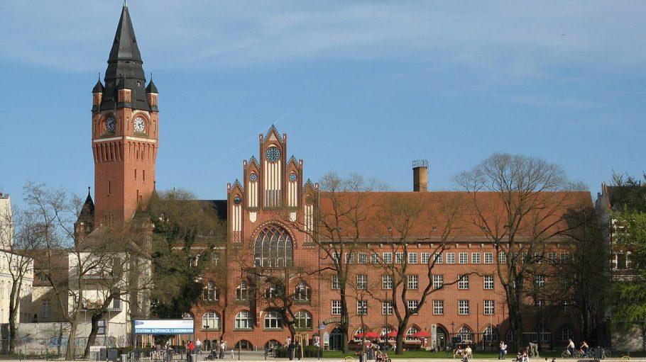 Die Vorderfront des Rathauses Köpenick mit dem Luisenhain und der Schiffsanlegestelle vom gegenüberliegenden Dahme-Ufer aus.