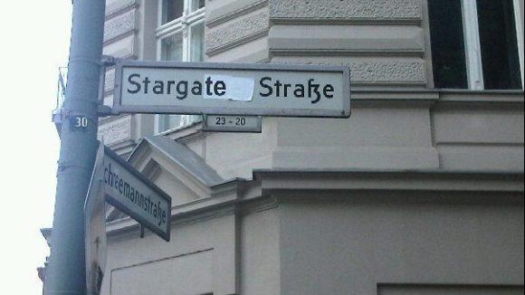 Berliner sind kreativ: Aus der Stargarder Straße in Prenzlauer Berg wurde kurzerhand die Stargate Straße gemacht.