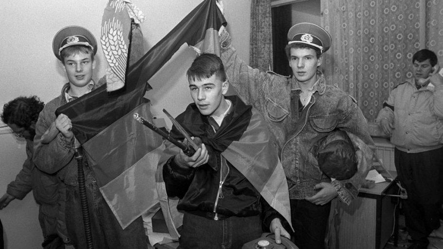 Am Tag der Erstürmung der Stasi-Zentrale zeigen Demonstranten die vorgefundenen Symbole eines untergehenden Staates.