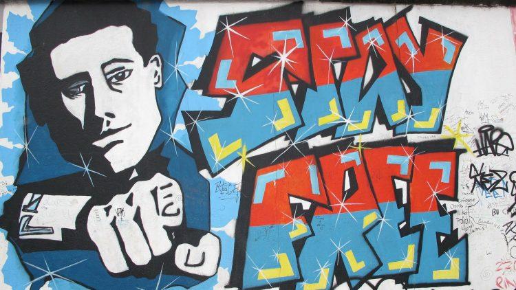 """""""Stay Free"""" von Christopher Frank ist nur eins von über hundert Kunstwerken der East Side Gallery."""