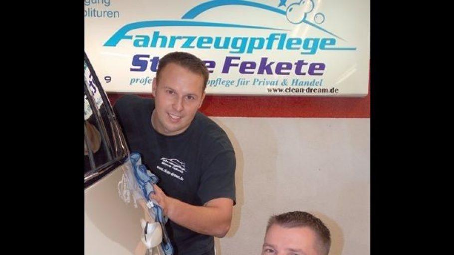 Inhaber Steve Fekete und Mitarbeiter Patrick Günther leisten mit Hightech-Geräten professionelle Autopflege.