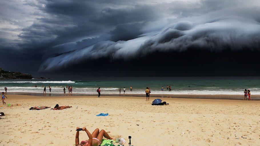 """Schlicht atemberaubend: """"Storm Front on Bondi Beach"""" in Australien von Rohan Kelly."""
