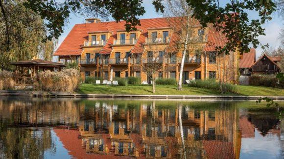 Idyllisch gelegen: das mit viel Holz ausgestattete Hotel.