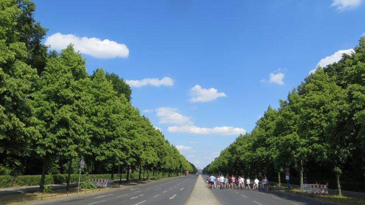 Blick von der Siegessäule zum Brandenburger Tor. Auch bei unserem Spaziergang ging es im Tiergarten mal wieder autofrei zu.