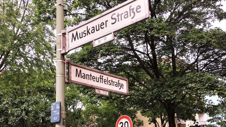 Das Eckhaus an der Manteuffelstraße/Muskauer Straße liegt im begehrten Kiez, trotzdem verwahrlost es und die Mieter ziehen notgedrungen aus.