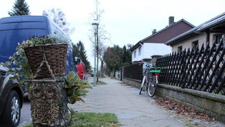 """Man kann Marienfelde - vielleicht zu Recht - ein wenig schnarchig, ein wenig """"ab vom Schuss"""" finden. Aber die Straßenaufhübschung ist hier in seiner klassischen Schlichtheit fast schon wieder origineller als das Urban Knitting in der City."""