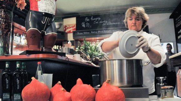 """Johanna Nußbaumer serviert in ihrem Berliner Restaurant am 1. Dezember die erste """"Suppe mit Sinn"""" des Jahres."""