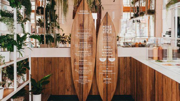 Surfbretter und ein kleiner hausgemachter Dschungel warten im Innenraum. ©Ma'loa