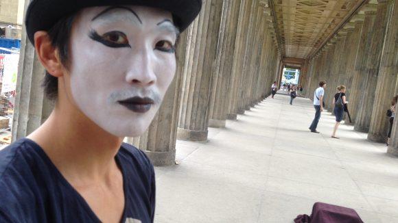 Szene aus der 'Tanzforderung': Tänzer Moo Kim auf der Museumsinsel.
