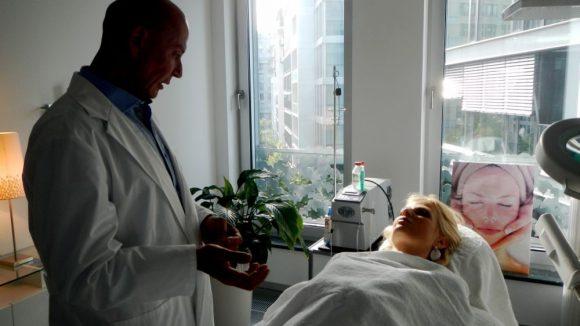 Der prominente Beauty-Doc Dr. Schmidt-Kulbe erklärt Tanja Bülter die Behandlung bis ins Detail.