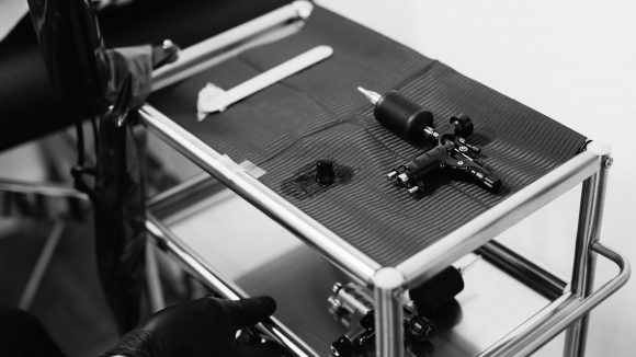 Tattoomaschine mit Elektromotor. (c) Kerem Bakir