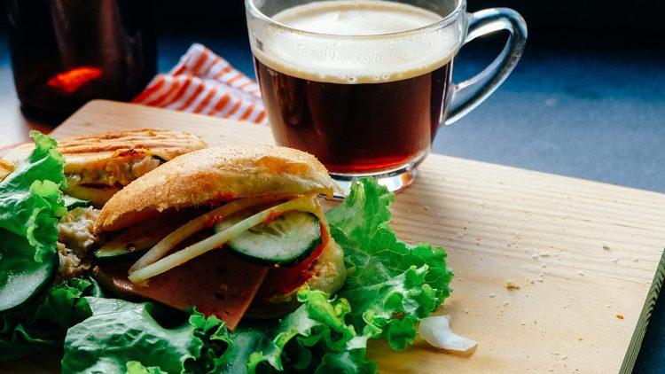 Egal, ob du es süß oder deftig, mit Kaffee oder Tee magst. Vielfältiges Frühstück gibt es auch in Lichtenberg.