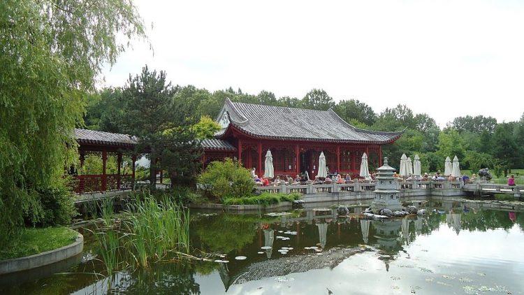 Herrlich am Teich gelegen: die Terrasse des Teehauses in den Gärten der Welt.