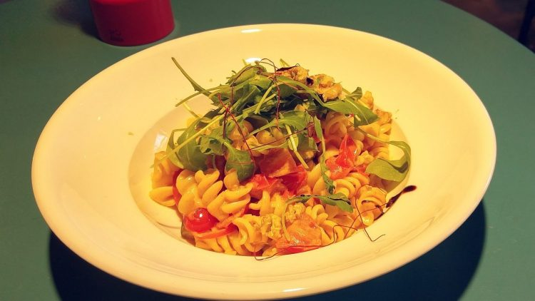 Die Pasta Aglio e Olio mit Rucola, Walnüssen, Tomaten und Paprika ist ein ziemlich ideales Mittagessen.