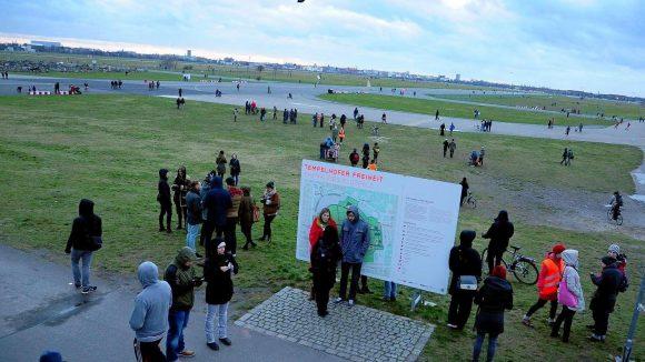 Das Tempelhofer Feld war am Wochenende wieder gut besucht. Der milde Winter hat den Unterschriftensammlern geholfen.
