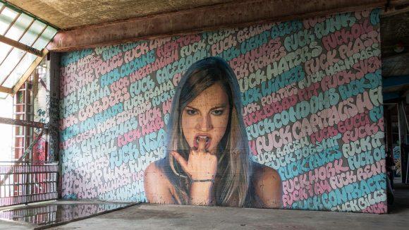 Graffiti auf dem Teufelsberg: Mädchen steckt sich den Mittelfinger in de Mund