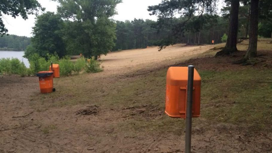 Ein ungewohnter Anblick: Mitten im Forstrevier rund um den Köpenicker Teufelssee leuchten jetzt orangefarbene BSR-Abfalleimer.
