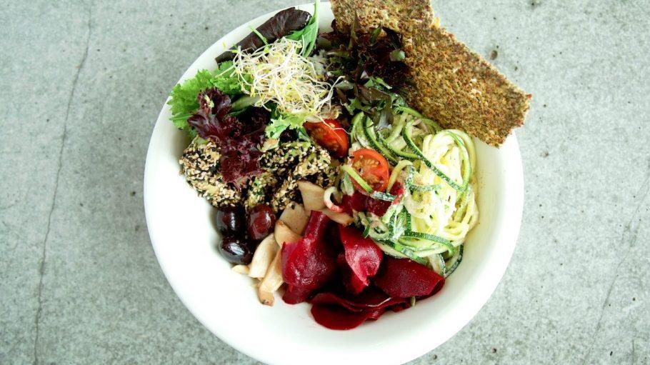 """Vegan heißt nicht immer Verzicht und Tofu! Das """"The Bowl"""" kommt für seine lecker gefüllten Schüllern auch gut ohne Ersatzprodukte aus. Zum Beispiel mit Zucchini-Nudeln, Rote-Beete-Carpaccio und Avocado im Sesammantel."""
