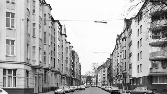 """Thomas Struths """"Remscheider Strasse, Düsseldorf 1979"""" ist Teil der Gruppenausstellung """"In Deutschland: reloaded"""", die du in der Kicken Berlin Galerie sehen kannst."""