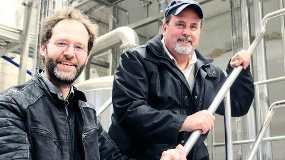 Thomas Tyrell und Mitch Steele sind Brauer bei Stone Brewing.