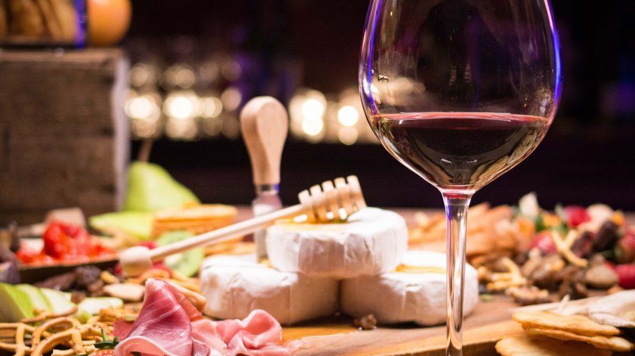 """Lust auf einen Abend à la française? Dafür musst du nur bis nach Zehlendorf fahren. Bei """"Chez Bruno"""" gibt's Feinkost und Wein aus fast allen französischen Regionen."""