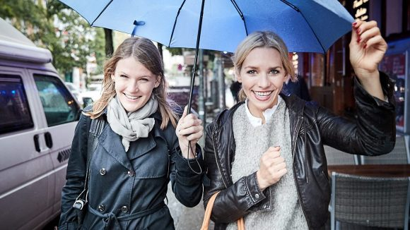Trotz strömenden Regens erkunden wir in bester Laune Julias Kiez in Kreuzberg. ©Ralph Penno