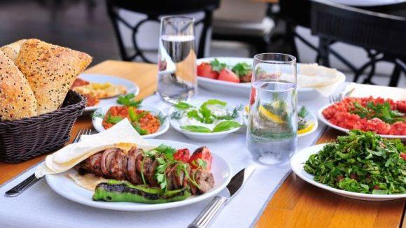 Fleisch, aber auch Salat und Gemüse kennzeichnen die Vielfalt der türkischen Küche.