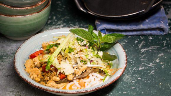 Gemüse-Bowl mit Sprossen und Minze serviert in einer Keramik-Schale