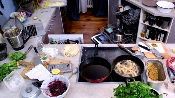 """""""Nach dem Kochen sieht es bei mir immer so aus!"""", gesteht Felicitas Then mit einem Blick auf dieses Chaos in der Küche."""