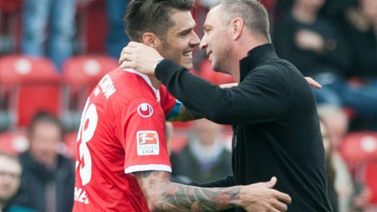 Erleichterung nicht nur beim Trainer: Norbert Düwel (r.) nach dem Spiel gegen den SV Sandhausen mit Christopher Trimmel