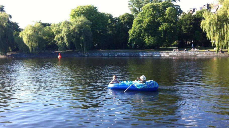 Unsere Testfahrer auf dem Schlauchboot im Landwehrkanal. ©Helen von der Höden