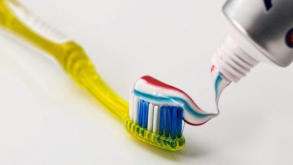 Unsere Zähne sollten mindestens zwei Mal täglich geputzt werden.