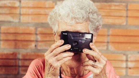 Unterwegs im Alter: mit der Kamera oder der Wandergruppe gibt es viel zu entdecken. ©Tiago Muraro
