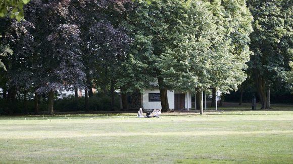 Versteckt hinter Bäumen: die Parkbibliothek des Bürgerparks Pankow, im Café Rosenstein.