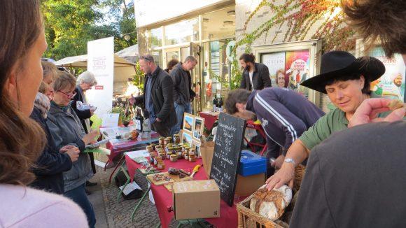 Viele Besucher informierten sich über das Angebot der regionalen Erzeuger. (c) Trieba