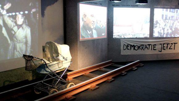 Viele bewegte Bilder zeigen im The Wall Museum bewegende Momente der Geschichte. ©Julia Wernicke