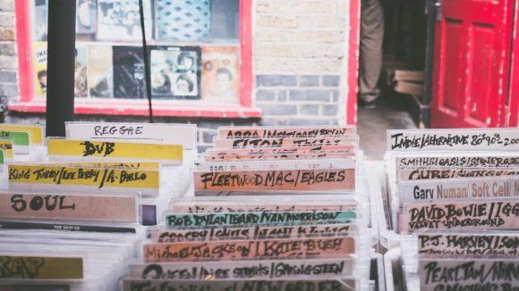 Ob Dub, 80s oder Hip Hop, in Berlin gibt es für jeden Fan von Vinyl den richtigen Plattenladen.