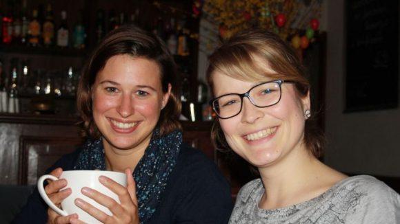 Die zwei vom Kaffeeklatsch: Kerstin und Anne (v.l.) haben ihr Herz an Tante Inge verloren und wollen sie in die Welt hinaus tragen.